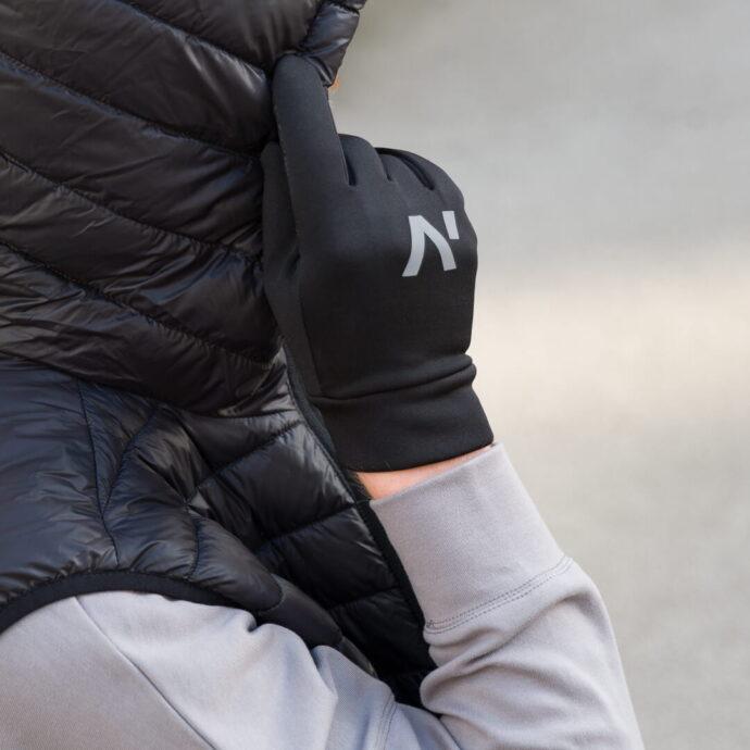 Mężczyzna w sportowych rękawiczkach podczas treningu na świeżym powietrzu