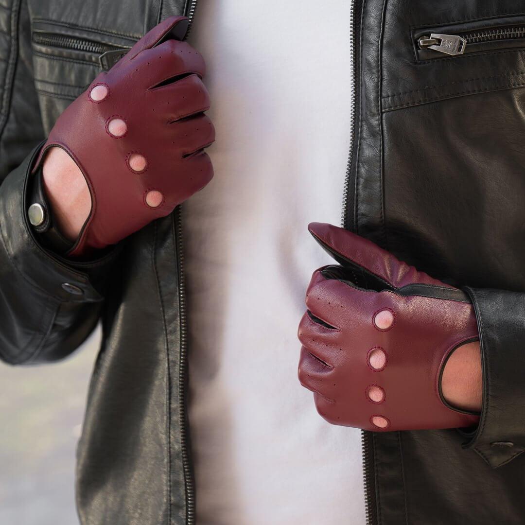 Rękawiczki samochodowe w połączeniu ze skórzaną kurtką
