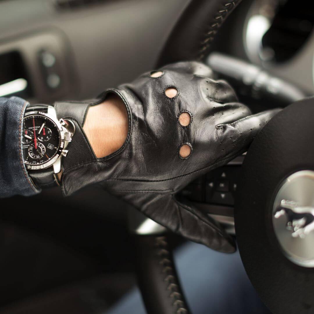 Czarne rękawiczki samochodowe